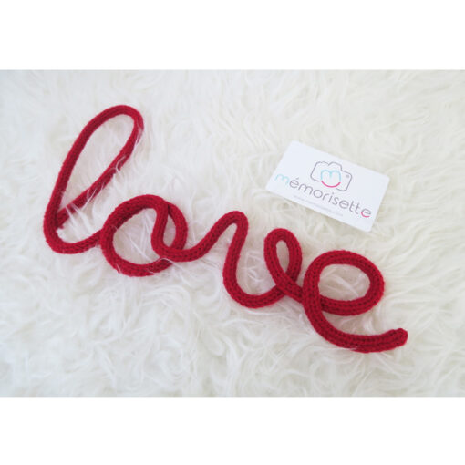 Mot LOVE en tricotin rouge
